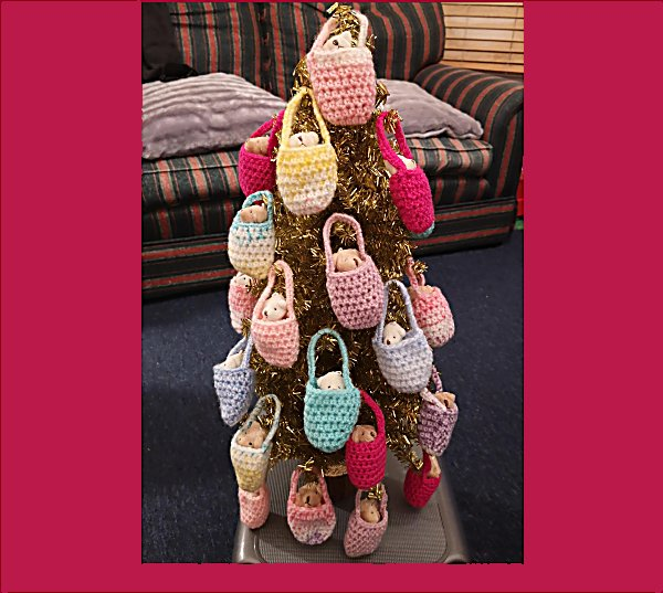 teddies-on-christmas-tree